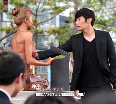 韓国ドラマツーウィークス撮影画像!人魚姫パク·ハソンの胸にイジュンギの手が?